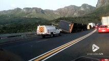 2 camions se retournent à la sortie dun tunnel