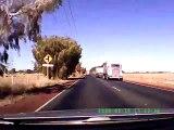 Ce camion perd sa remorque en pleine route et frole une voiture... Drame evité de peu