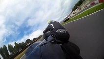 Un motard tente de garder le contrôle de sa moto qui n'en fait qu'à sa tête