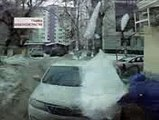 Un énorme bloc de glace tombe sur sa tète et sur sa voiture !