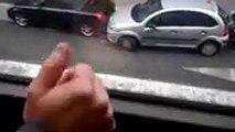 Une femme n'hésite pas à emboutir deux voitures pour faire son créneau !