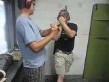Il se prend un coup à la tête avec son arme lors d'un cours de tir!