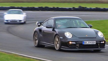 Porsche 911 GT2 RS vs 911 Carrera video