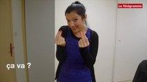 """Premiers signes. Comment dit-on """"Bonjour"""", """"Merci""""... en langue des signes française ?"""