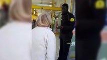 Une dame raciste insulte un vigile