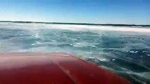 Ce couple roule sur un lac gelé quand soudain la voiture passe à travers la glace