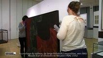 """Accrochage d'un tableau dans l'exposition """"Un art d'Etat ?"""""""