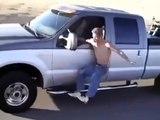 Il prend d'énormes risques en conduisant son véhicule depuis l'extérieur