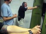 Un instructeur de tir se loupe avec son arme pendant un cours !