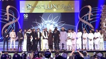 ---Son pays tearful tribute to Amjad Sabri in 15th Lux Style Awards 2016