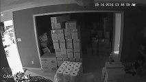 Une jeune femme surprend trois cambrioleurs armés dans sa maison et leur tire dessus