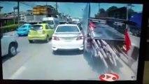 Ce camion se faufile à fond dans les embouteillages en Thaïlande