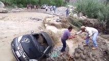Pérou : Un homme tente de traverser une rivière en crue avec sa voiture