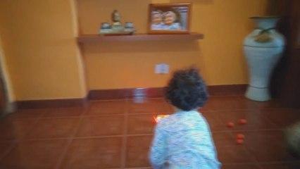 Jugando con sus juguetes | Playing with toys | Diario de Gabri y Eli