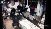 Il boit une bière et vire 2 hommes armés d'une boutique !