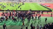 Les supporters envahissent le terrain pendant la rencontre Sénégal-Côte d'Ivoire (stade Charlety)