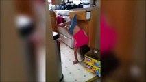 Cette petite fillette se trouve pendu par son short et clame son innocence