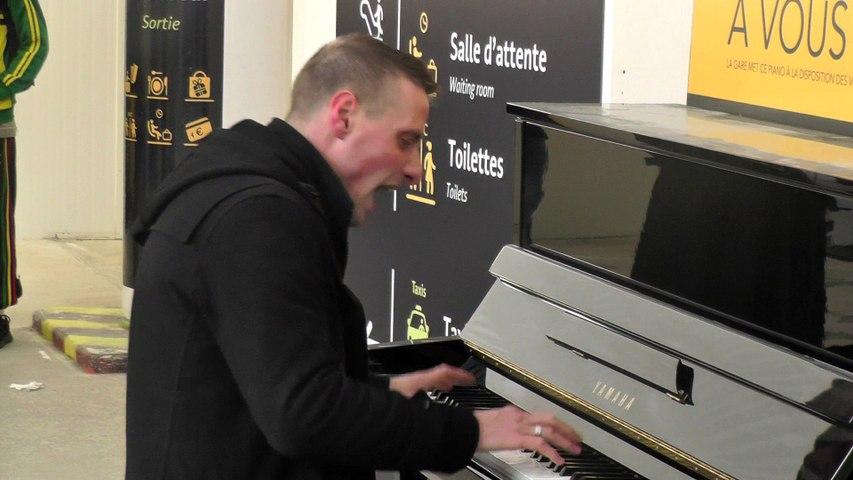 kultur brute : chanteur lyrique au piano sans partition, gare de Rennes