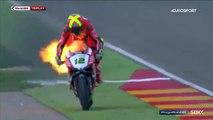 Les images incroyables d'un pilote de Superbike sur sa moto en feu à Alcaniz en Espagne