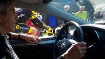 Julien Morice redescend à sa voiture durant le Tour des Flandres