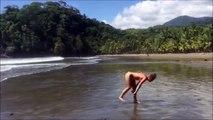 La grande classe : cette jolie fille fait ses exercices sur la plage !