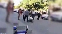 Cet homme fait croire au monde entier qu'il est un handicap… Regardez comment il a été démasqué par un passant