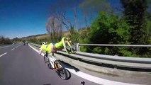 Le cycliste Michael Guerra se met en mode Superman sur son vélo !