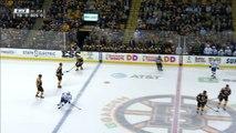 Hockey sur glace - Brad Marchand met un coup de crosse dans les parties de Jake Dotchin