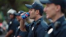 Parodie des policiers de la pub Pepsi.. Buvez coca cola !