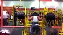 【超絶マッチョハプニング】タフガイが390キロの重量を上�