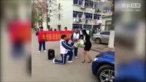 男學生向美女老師求婚 掏鑽戒下跪 結局神展開!