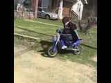 un gamin de 9 ans fait une course poursuite en Pocket bike !