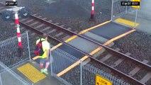 Elle traverse une voie ferrée alors qu'un train arrive