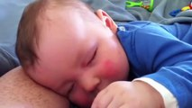 Elle filme son bébé pendant son sommeil. Ce qu'il fait est trop adorable !