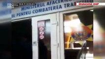 Un barbat din Ungheni, care ducea moldoveni in Rusia la cersit a fost incatusat in propria locuinta. Individul risca 15 ani de inchisoare - VIDEO