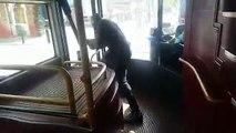 Ce passager d'un bus fait fuir un homme armé qui agressait les passagers... Courageux!
