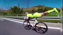 El ciclista Superman baja más rápido que una moto