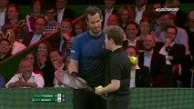 Andy Murray laisse un ramasseur de balles le remplacer face à Roger Federer