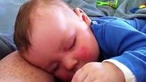 Un bébé éclate de rire pendant son sommeil