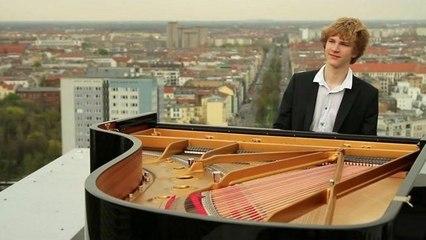 Jan Lisiecki - Mozart: Concerto No. 21 (Adagio from Top of the City)