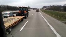 Il se fait doubler par un tracteur sur une autoroute