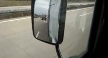 Un routier se fait doubler sur l'autoroute par un tracteur.