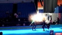 Deux fans de la saga Star Wars dans un duel au sabre lazer