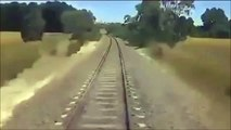 Un motard coincé sur la voie ferrée essaie de sortir ça moto mais il est trop tard