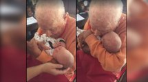 Ce papy de 105 ans fait connaissance avec son arrière petit-fils de 5 jours...Adorable !