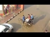 Delhi waterlogged, funny video of rickshaw puller making money | Oneindia News