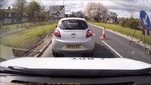 Une tarée essaie de forcer le passage en voiture et sort de la caisse pour pourrir le conducteur.... Road rage marrant