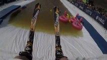 Il saute dans une piscine avec ses skis !