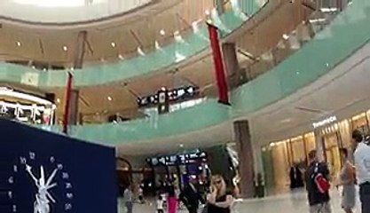 See how this cute little American girl reacts when she listen to Azaan first time in a mall !