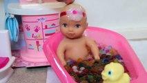 Y bebés bebé cambio pañal muñeca bebidas alimentación pipí mierda caca vídeo agua agua agua moja |